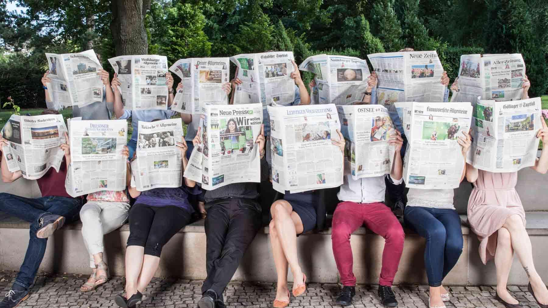 Leser mit den Zeitungstiteln der Madsack Mediengruppe