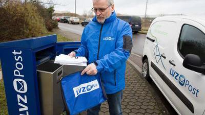 Ein Angestellter der LVZ-Post beim Einsammeln von Post